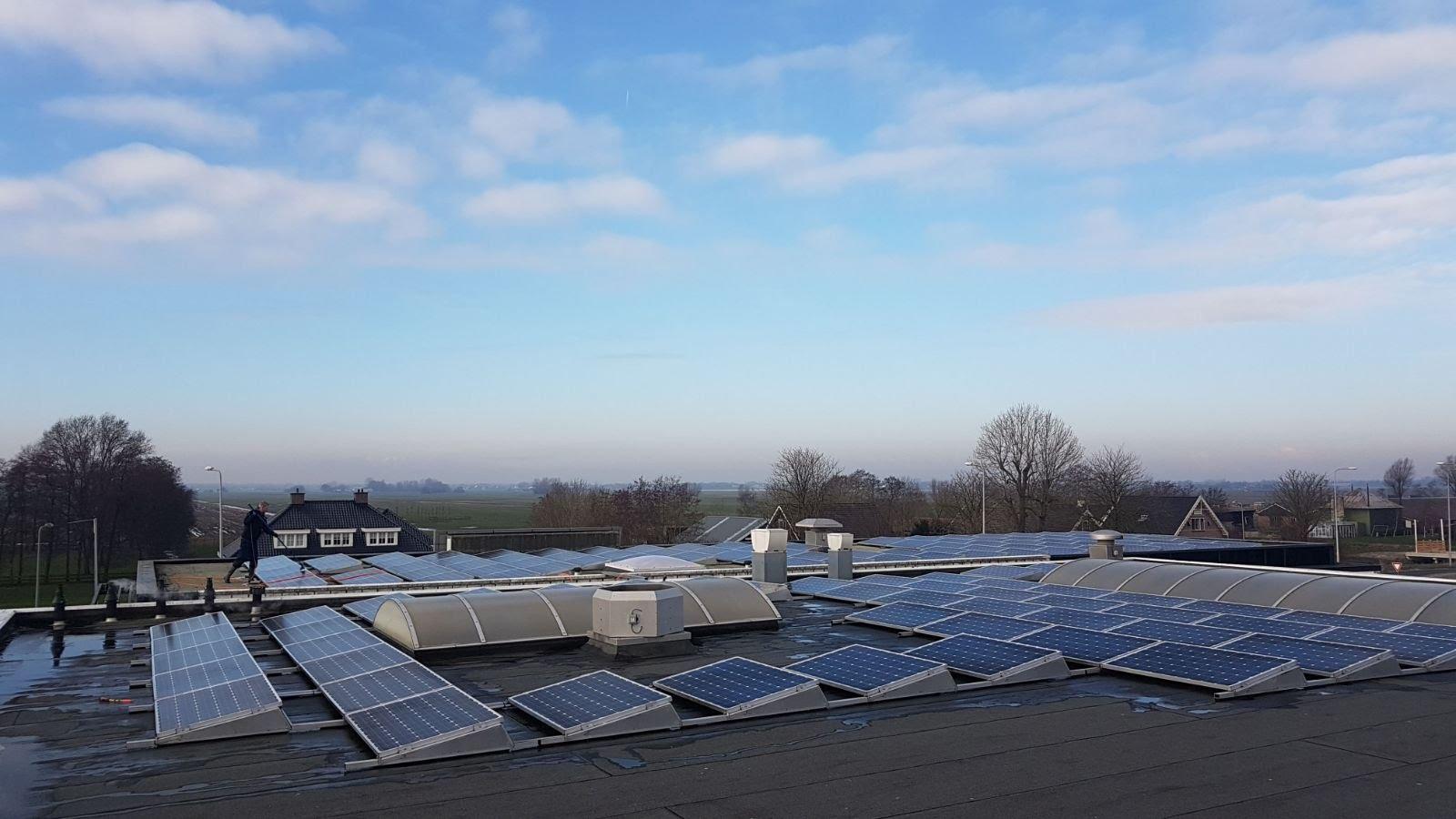 zonnepanelen-op-bedrijfspand-schoonmaken