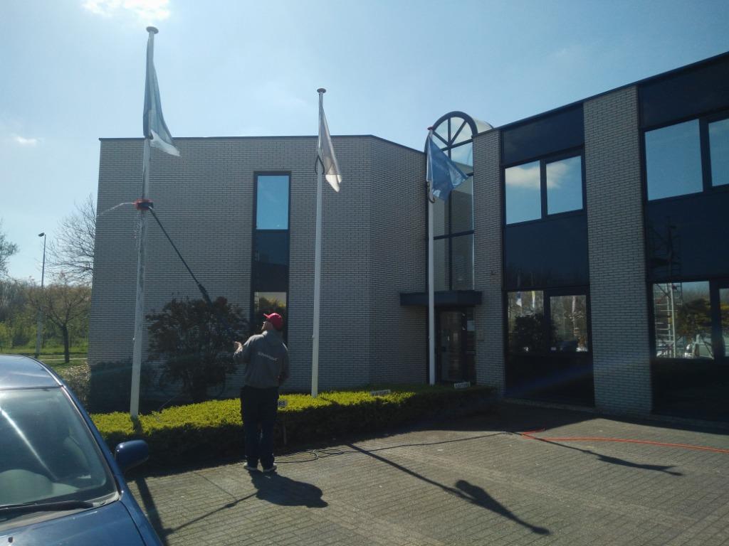 Schoonmaken van vlaggenmasten.jpg