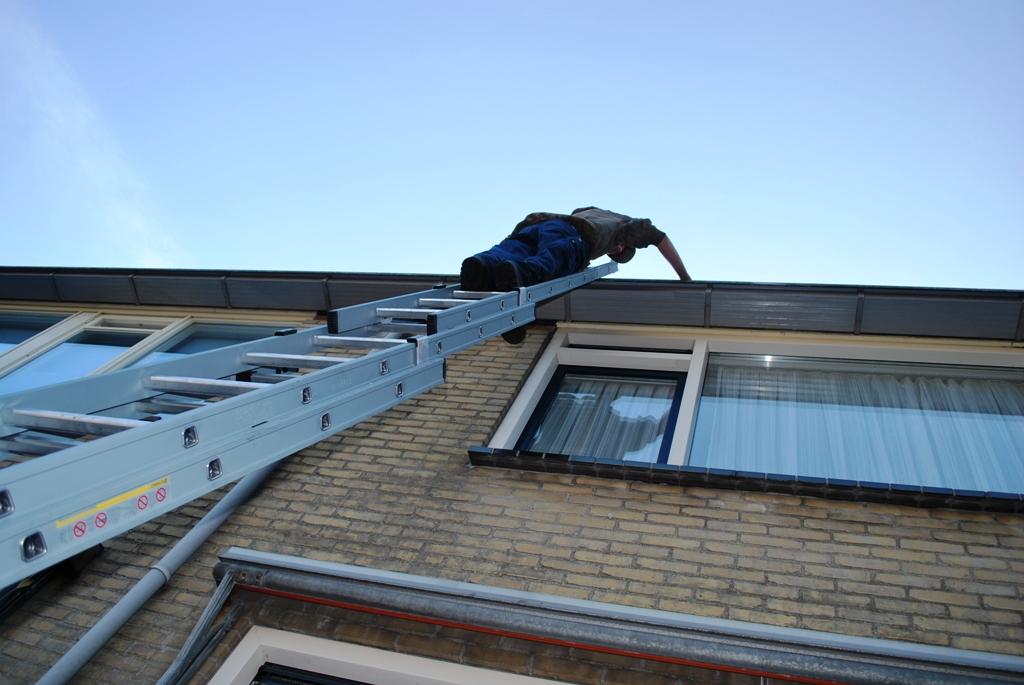 dakgoten-leeghalen-vanaf-een-ladder