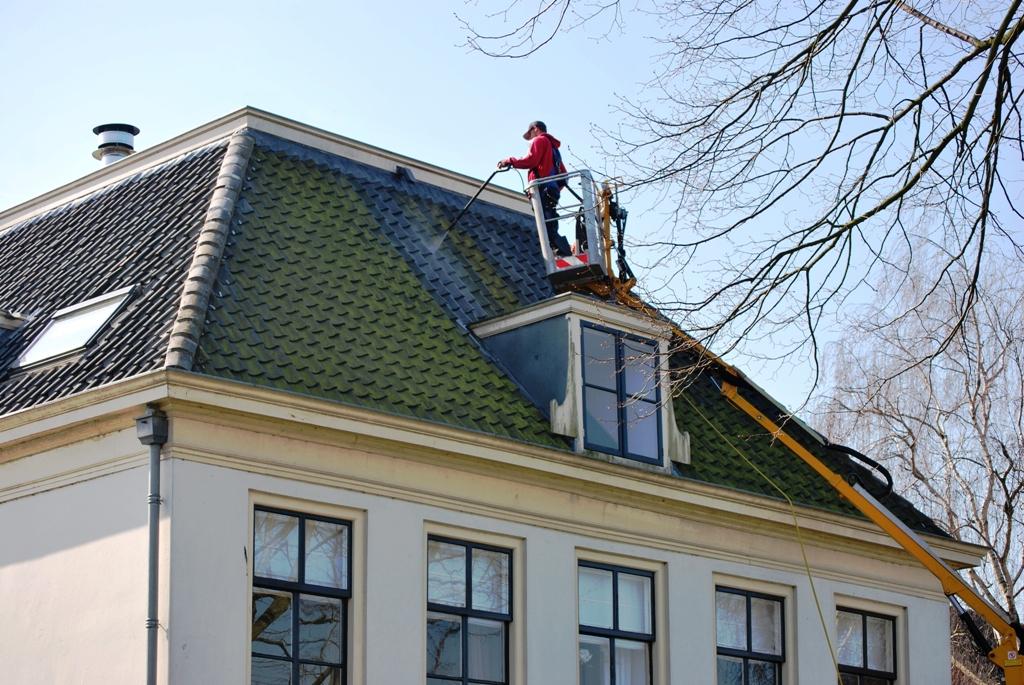 Reiniging dakpannen bij een monumentaal pand.JPG