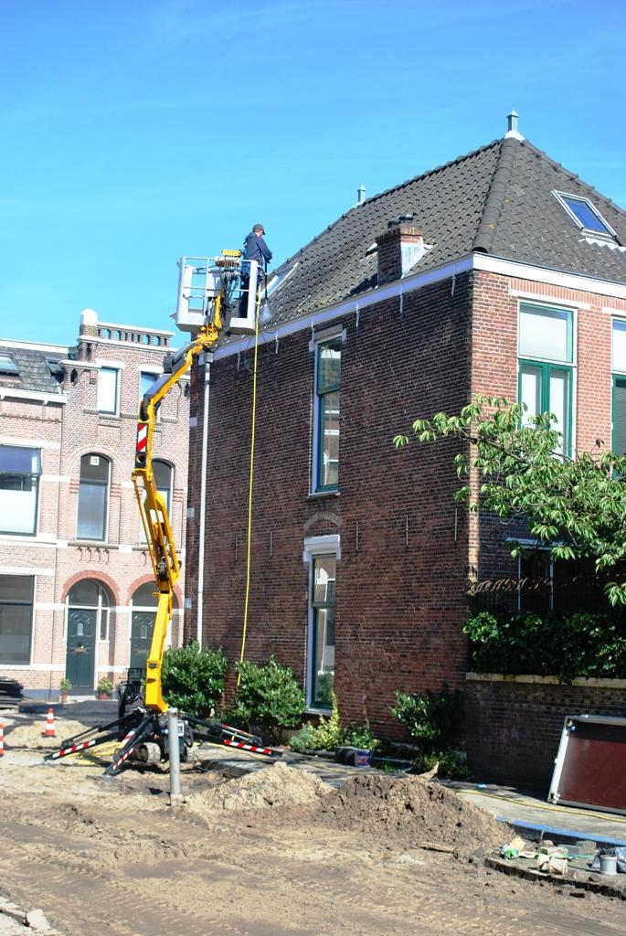 Reiniging dakpannen in de binnenstad van Leiden.JPG