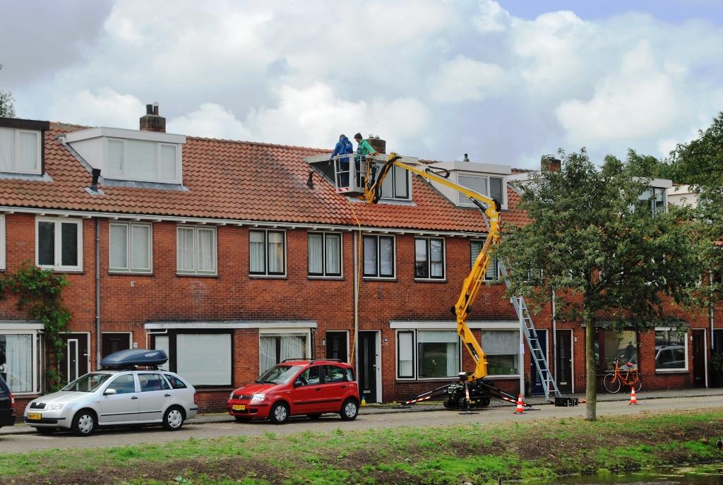 Reiniging dakpannen vanaf een hoogwerker.JPG