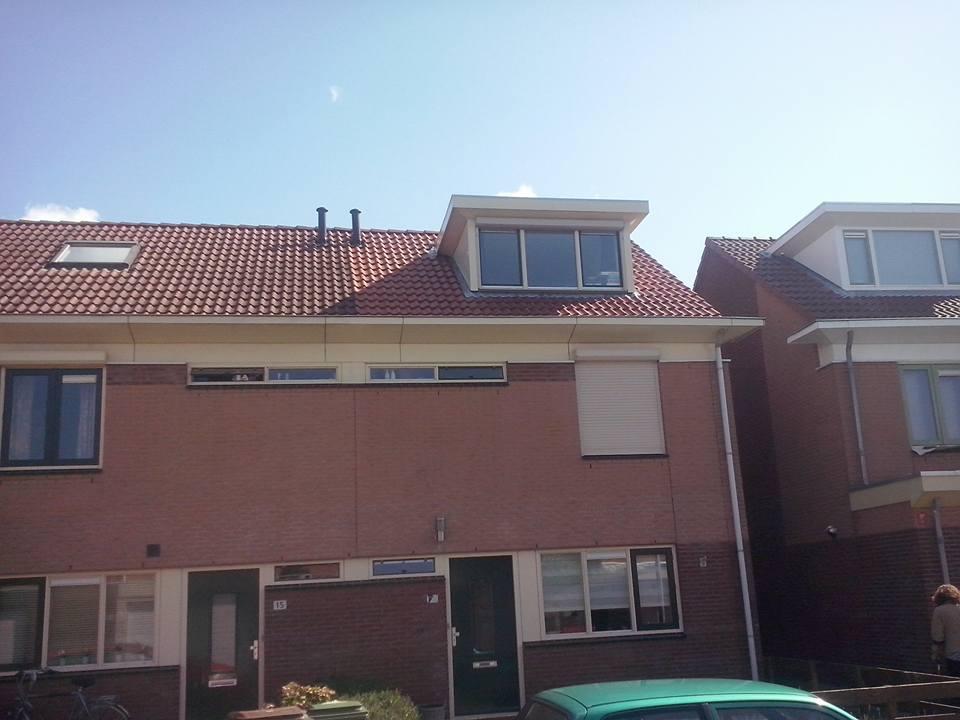 Schoonmaken van dakpannen en een dakkapel.jpg
