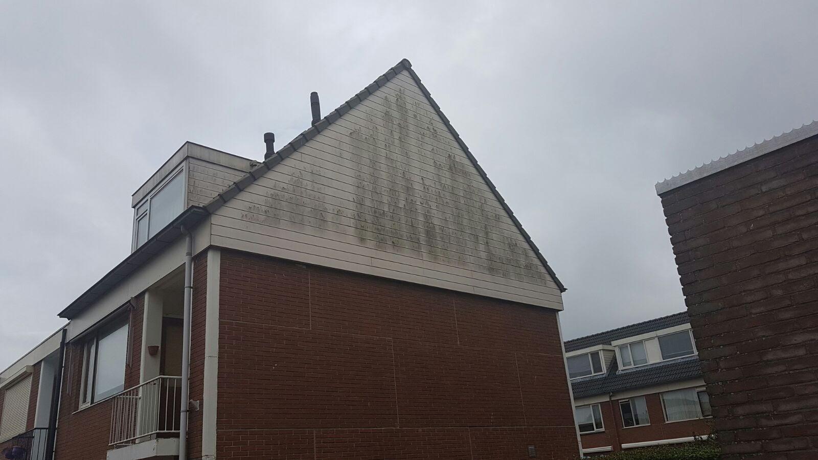 Een vervuilde dakpunt met gevelbekleding.jpg