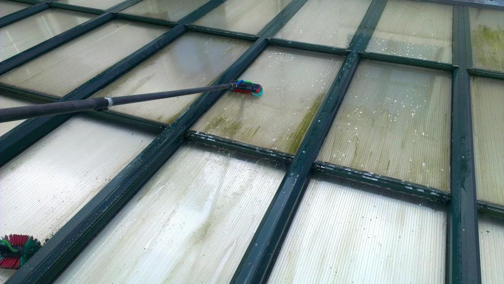 Schoonmaken van polycarbonaat dakplaten.jpg