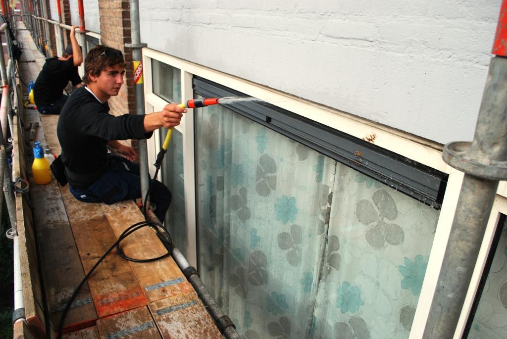 Kozijnen schoonmaken voor een woningbouwvereniging.JPG