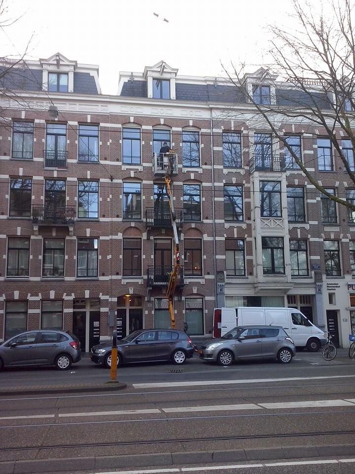 Schoonmaken van houten kozijnen in Amsterdam.jpg